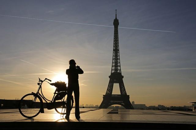 Une femme prend une photo de la tour... (PHOTO ARCHIVES AFP)