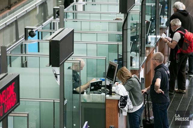 Les douanes à l'aéroport Pierre-Elliot-Trudeau à Montréal... (La Presse, Martin Tremblay)