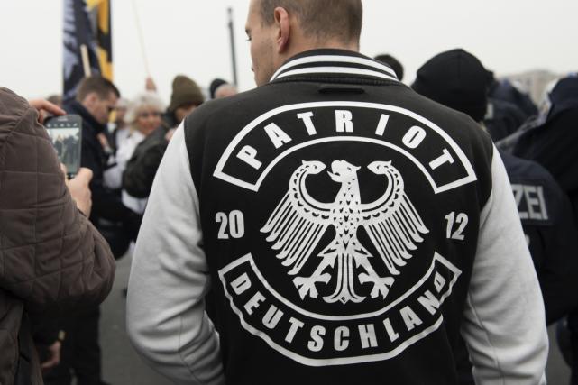 Un membre d'un mouvement d'extrême-droite... (AP, Paul Zinken)