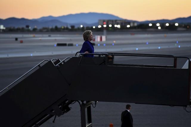 Clinton monte à bord de l'avion de sa... (AFP)