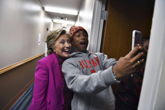 Hillary Clinton pose avec le chanteur Pharrell Williams... (AFP, JEWEL SAMAD)