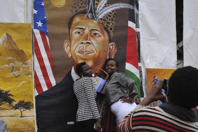Des Kenyanes posent devant un portrait du président... (AFP)