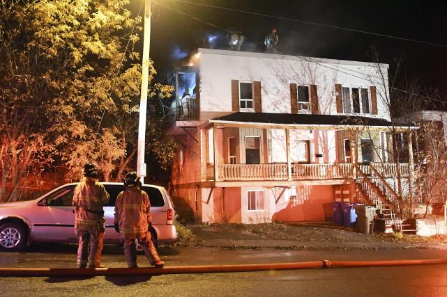 Un incendie s'est déclaré dans un immeuble à... (Photo Le Progrès-Dimanche, Rocket Lavoie)