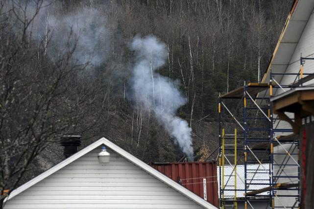 De la fumée s'échappant de l'entreprise Moulures SMDT... (Photo Le Progrès-Dimanche, Rocket Lavoie)
