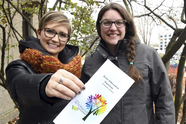 Les enseignantes Élaine Bérubé et Valérie Thibault militent... (Photo Le Progrès-Dimanche, Rocket Lavoie)