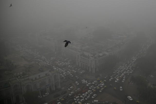 Un épais nuage de pollution recouvre depuis plusieurs... (Photo Altaf Qadri, Associated Press)