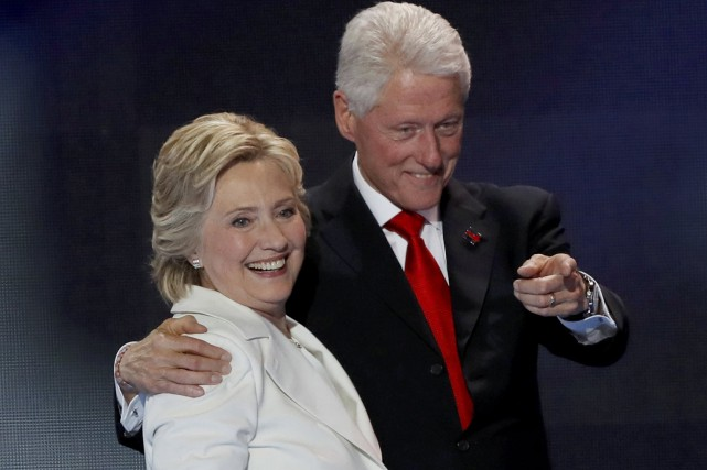 Hillary et Bill Clinton.... (PHOTO MIKE SEGAR, ARCHIVES REUTERS)
