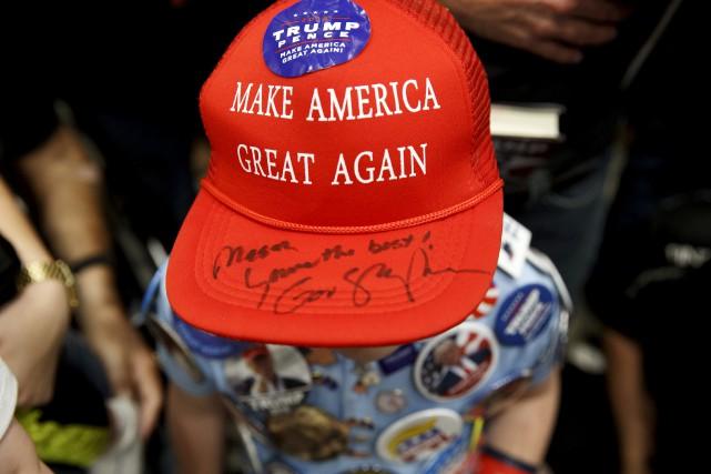 Un petit garçon portant la fameuse casquette rouge... (Associated Press)