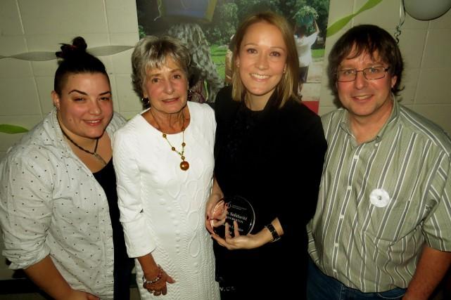 La récipiendaire du Prix solidarité Brian-Barton, Élisabeth Cloutier,... (Comité de solidarité Trois-Rivières)