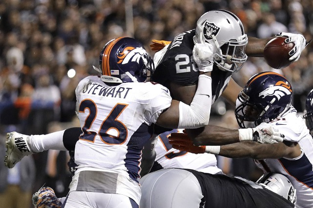 Latavius Murray (en haut) plonge dans la zone... (Photo Marcio Jose Sanchez, AP)