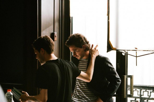 Xavier Dolan et Kit Harrington sur le plateau... (Photo Shayne Laverdière, fournie par Lyla Films et Sons of Manual.)