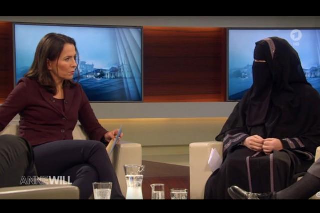 Anne Will s'entretient avecNora Illi, représentante d'un groupe... (image youtube/ard)