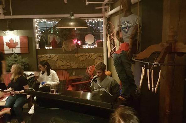 Les clients d'un bar de Toronto ont sans doute été surpris, vendredi soir,... (PHOTO TIRÉE D'INSTAGRAM)