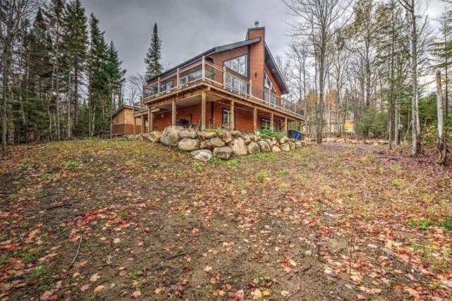 La maison est située sur un terrain plat... (Photo fournie par Centris)