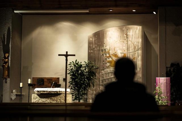 À Sainte-Foy-lès-Lyon, une messe a rassemblé 600 personnes... (PHOTO AFP)