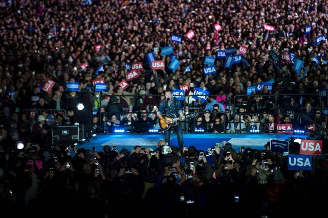 Bruce Springsteena chanté sur l'esplanade de l'Indépendance, lundi... (PHOTO AFP)