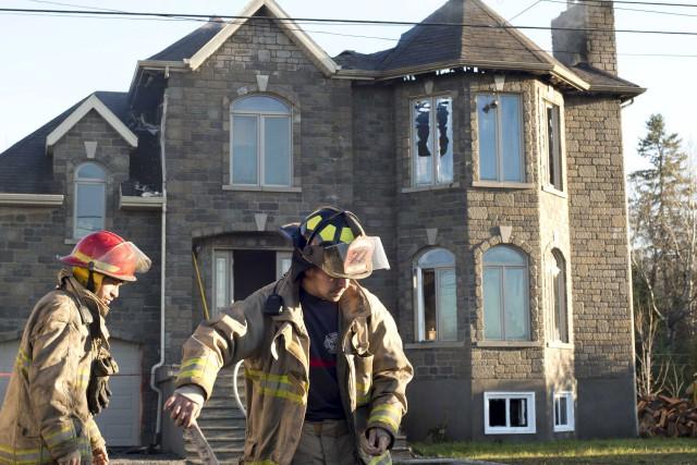 Une résidence de Saint-Boniface a été endommagée par les flammes lundi... (Sylvain Mayer)