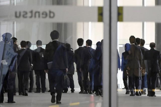 Des agents des ministères du Travail, de la... (AP, Nozomu Endo)