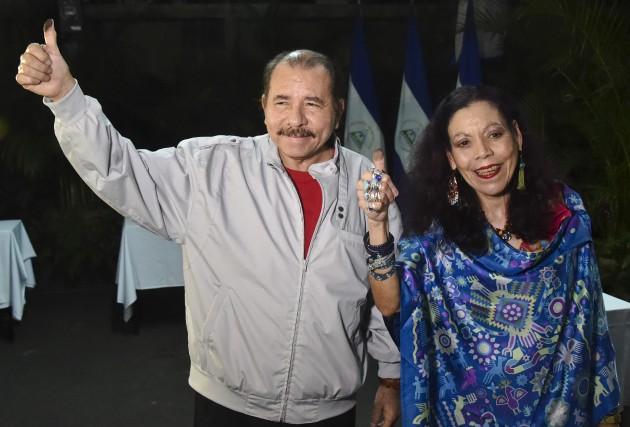 Daniel Ortega et sa femme Rosario Murillo à... (AP, Rodrigo Arangua)
