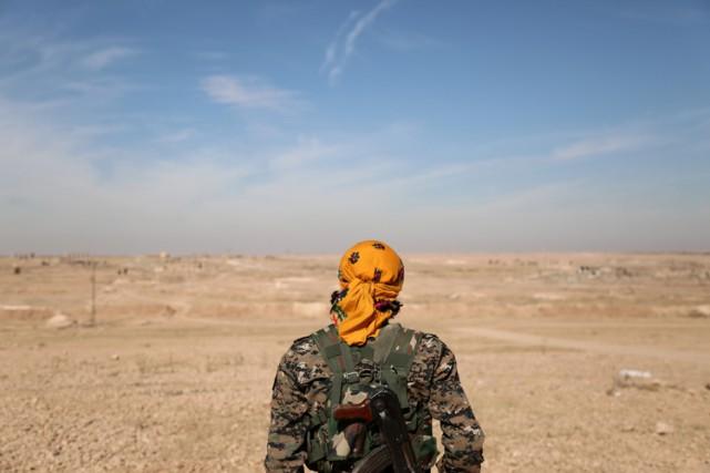 Un membre des Forces démocratiques syriennes est posté... (PHOTO REUTERS)
