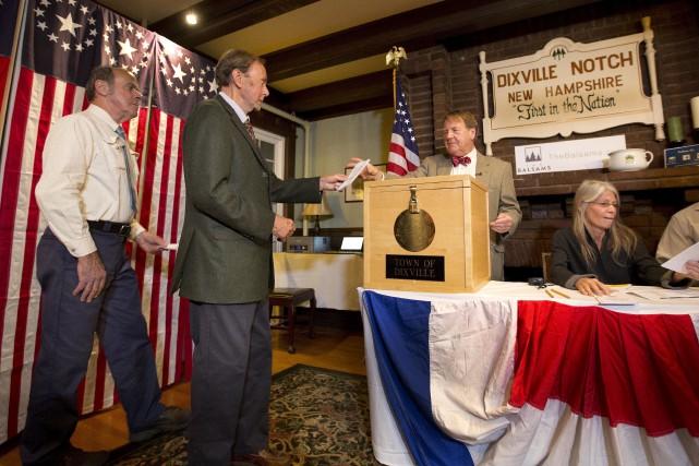 Les sept électeurs de Dixville Notch ont déposé... (AP, Jim Cole)