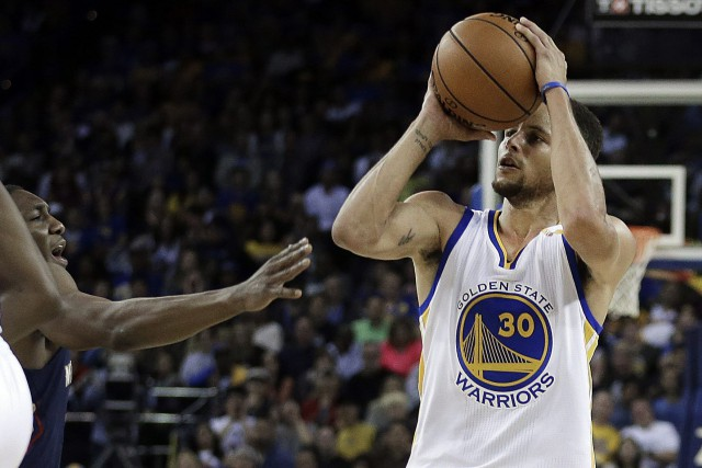 Stephen Curry a réussi 13 paniers de 3... (Photo Ben Margot, AP)