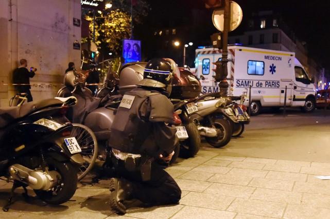 Un policier prend position à proximité d'une ambulance,... (photo DOMINIQUE FAGET, archives AFP)