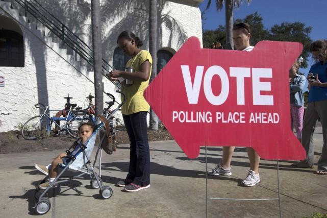 Des électeurs font la file pour voter à... (photo Scott Audette, REUTERS)