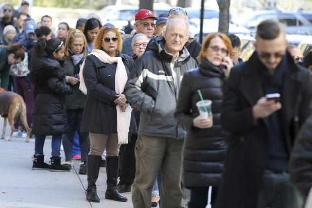 Des électeurs font la file devant un bureau... (photo Seth Wenig, AP)