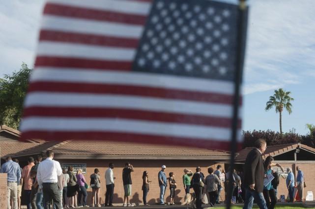 Des électeurs attendent en file devant un bureau... (AFP)