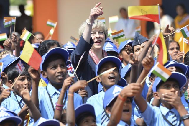 La première ministre britannique Theresa May a posé... (AFP, Manjunath Kiran)