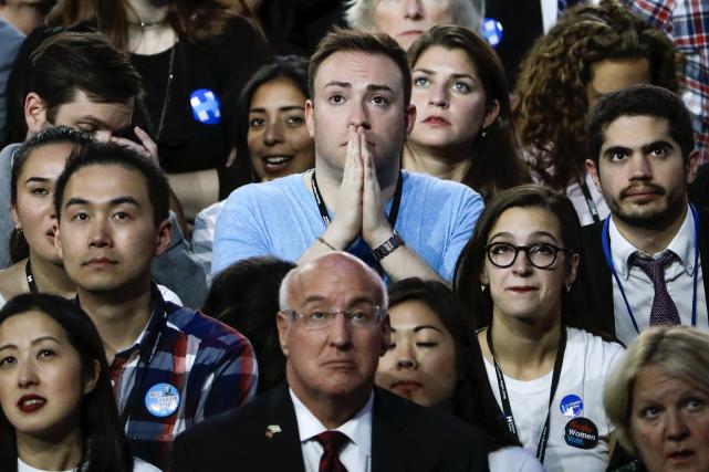 Des supporters d'Hillary Clinton attendaient les résultats avec... (AP, Matt Rourke)