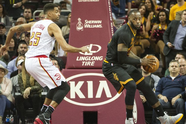 LeBron James (à droite) et les Cavaliers de... (Photo Phil Long, AP)