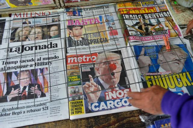 Un vendeur de journaux observe les unes des... (photo  PEDRO PARDO, AFP)