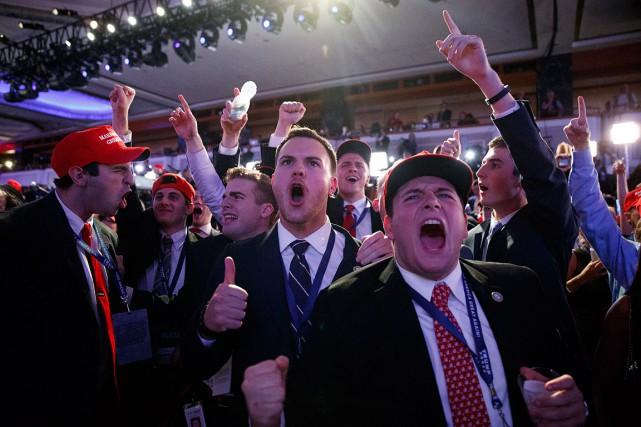 Des partisans de Donald Trump célèbrent sa victoire... (Evan Vucci, AP)