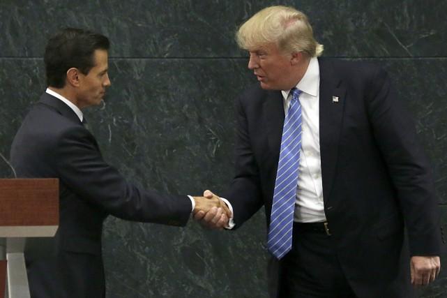 Le président du Mexique, Enrique Peña Nieto, serre... (Photo Marco Ugarte, archives AP)