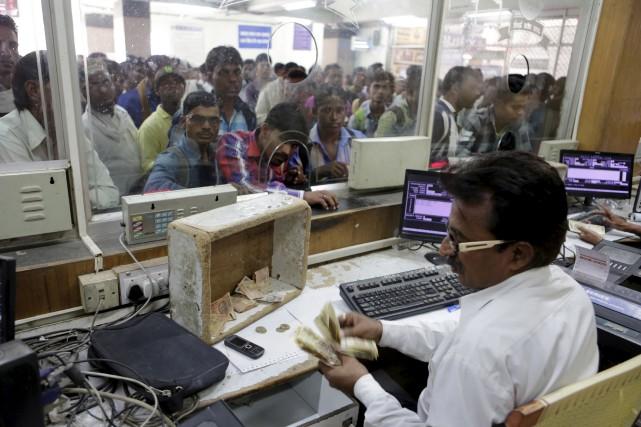 Les gens affluaient mercredi à la gare à... (AP, Rajesh Kumar Singh)