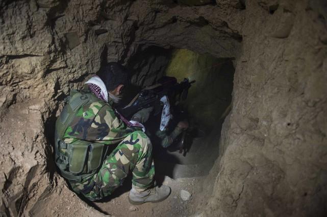 Un soldat scrutel'un des nombreux tunnels utilisés parl'État... (AFP, Odd Andersen)