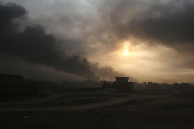 De la fumée s'échappe d'un quartier de Mossoul,... (Archives AFP, Ahmad Al-Rubaye)