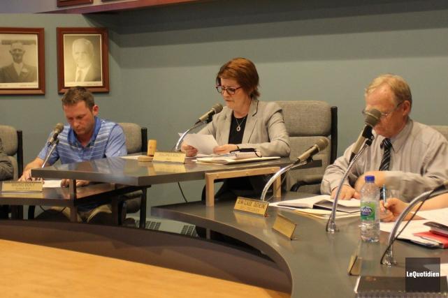 La mairesse, Dolorès Boily, lors d'une séance du... (Archives Le Quotidien, Katerine Belley-Murray)