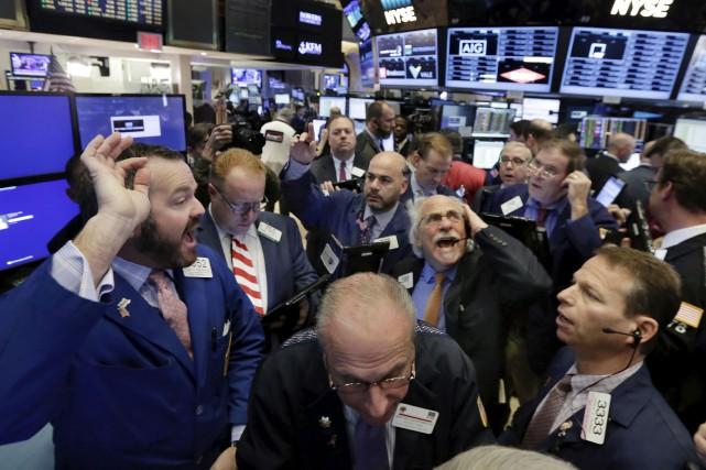 À l'ouverture, Wall Street n'a guère flanché, les... (Associated Press)
