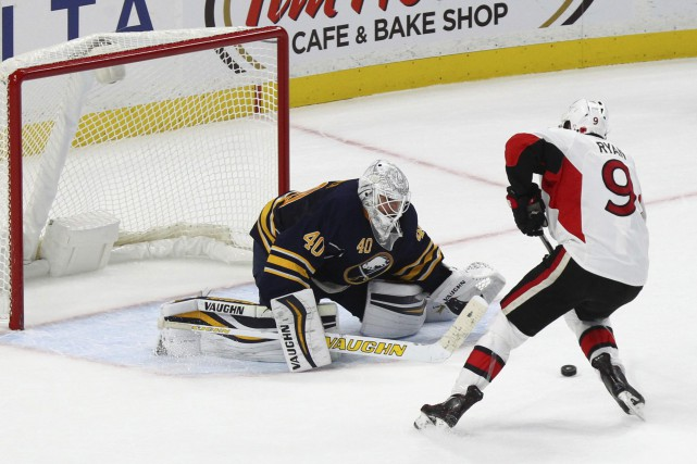 Bobby Ryan face à Robin Lehner... (PHOTO Jeffrey T. Barnes, AP)