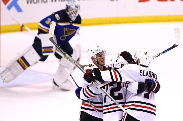 Jonathan Toews (19) et Brent Seabrook (7) félicitent... (Photo Billy Hurst, USA Today Sports)
