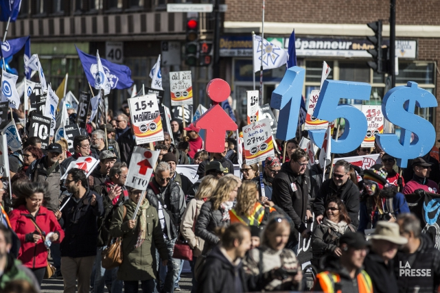 Une manifestation en faveur de l'augmentation du salaire... (Photo Archives La Presse)