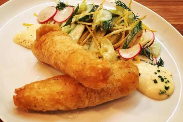 Une assiette d'aiglefin en tempura avec salade crémeuse... (Photo tirée de Facebook)