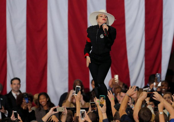 La chanteuse Lady Gaga a chanté à de... (Photo Chris Keane, Reuters)