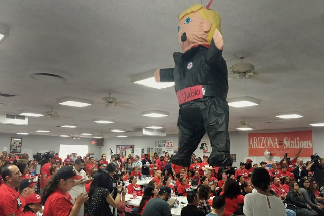 Une piñata à l'effigie d'un « diable Trump » est... (photo Russell Contreras, archives AP)