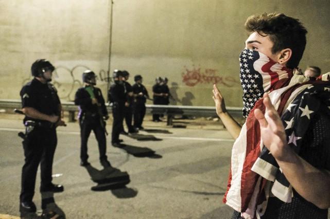 Un manifestant confronte les policiers après les résultats... (AFP)
