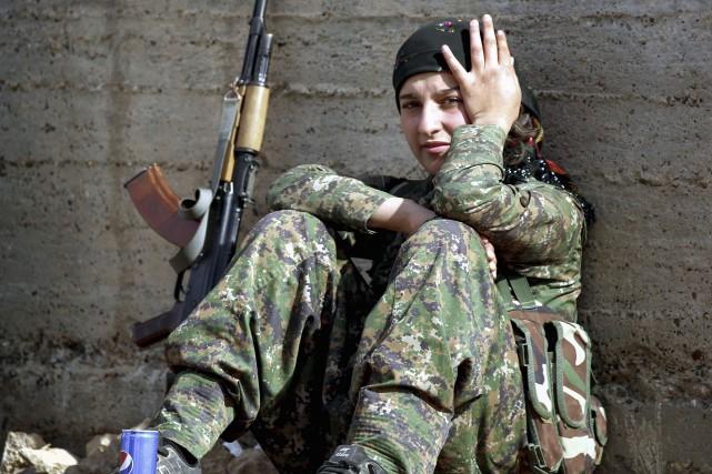 Une membre des Unités de protection de la... (AFP)