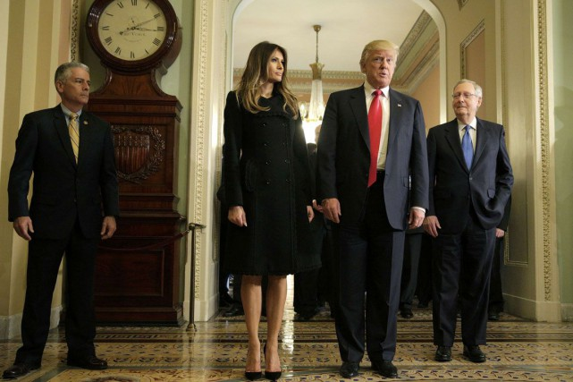 Donald Trump et sa femme Melania Trump, accompagnés... (Photo Joshua Roberts, REUTERS)